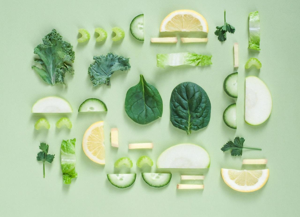 酵素は新鮮な野菜や果物に多く含まれ、熱に弱いので加熱すると多くが減ります。