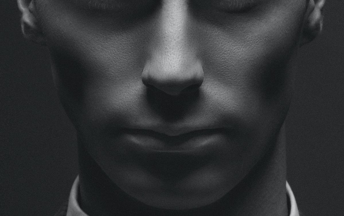 頬がこけてしまうことで、一気に顔全体が暗い印象になってしまいます。