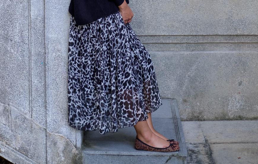 風に揺れる「ロング丈のフレアスカート」